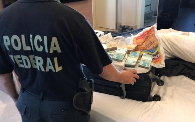 Polícia Federal apreende mala com cerca de R$ 800 mil durante a segunda fase da Operação Decantação, em Goiânia, Goiás — Foto: Polícia Federal/ Divulgação
