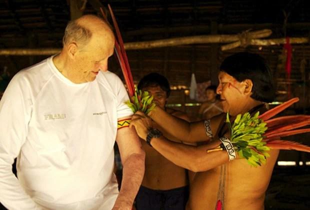 Harold V, rei da Noruega, recebe homenagem de índios durante visita à Amazônia (Foto: Rainforest Foundation Norway / ISA Brazil)