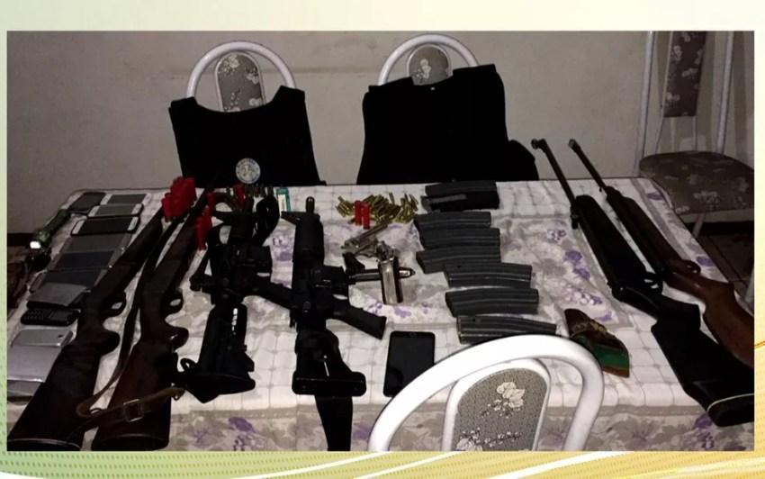 Armas e munição foram apreendidas com integrantes da quadrilha (Foto: TV Globo/Reprodução)