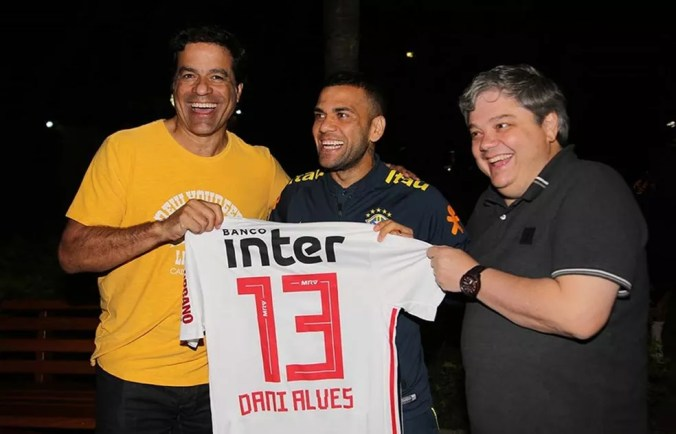 Daniel Alves recebeu camisa do São Paulo durante a Copa América — Foto: Rubens Chiri / saopaulofc.net
