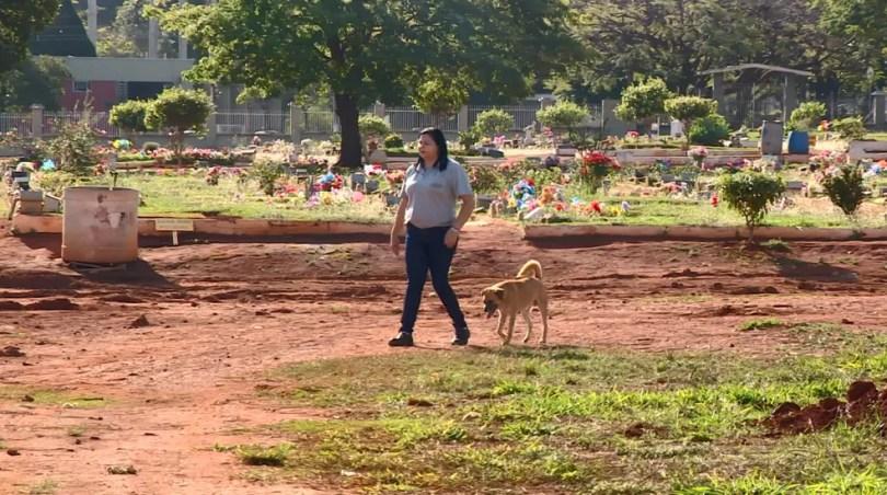 Zé Rico acompanha rotina de funcionários do cemitério de Mogi Guaçu (SP) (Foto: Toni Mendes/Reprodução EPTV)