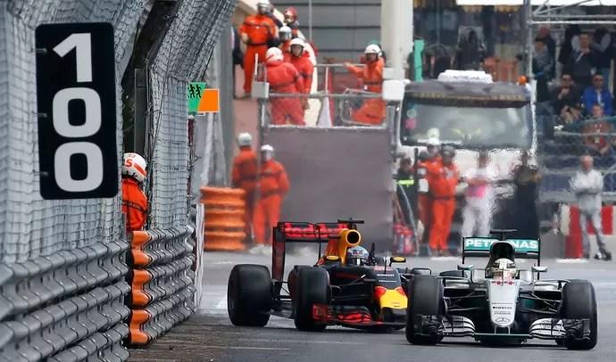 Lewis Hamilton fechou a porta de Daniel Ricciardo no GP de Mônaco (Foto: Reuters)