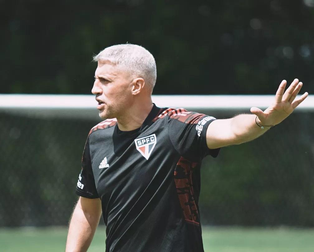 Crespo no comando do treino do São Paulo — Foto: Divulgação
