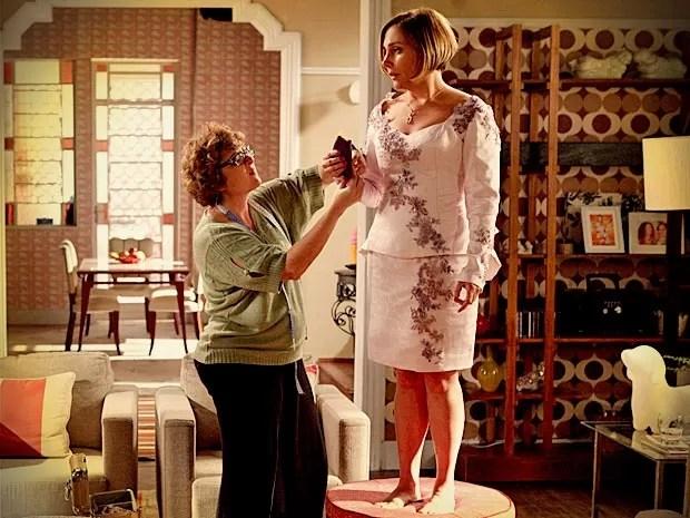 Monalisa experimenta o vestido de noiva (Foto: Avenida Brasil / TV Globo)