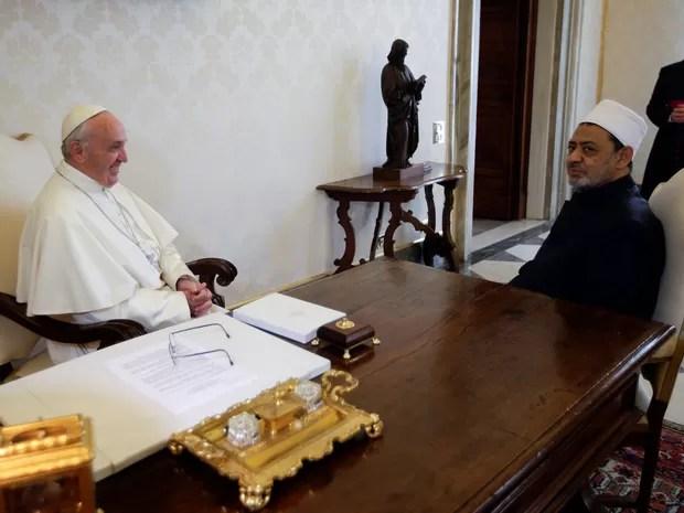 O imã Ahmed el-Tayyib e o Papa Francisco conversam no Vaticano (Foto: Max Rossi/Reuters)