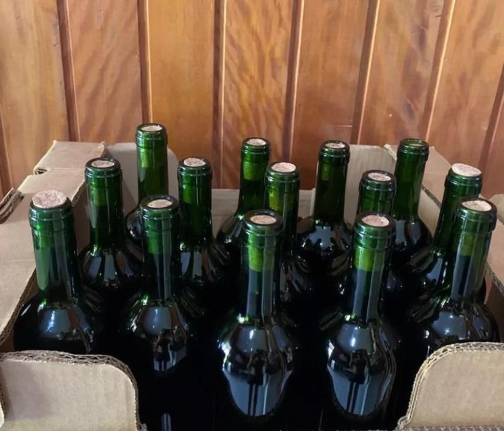 Cervejeiro degusta o vinho de açaí com familiares e amigos e produção é 100% artesanal — Foto: Arquivo pessoal