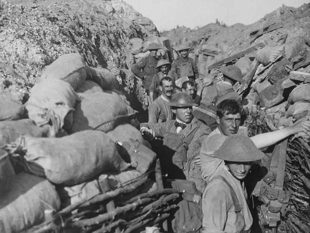 Soldados fezem reparo em trincheira após ataque a bomba. (Foto: Flickr/U.S National Archives)