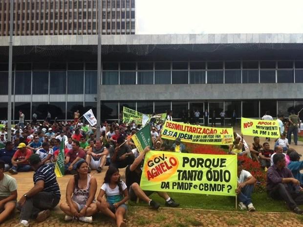 Policiais que participaram de protesto senteram no gramado em frente ao Palácio do Buriti, em Brasília (Foto: Lucas Salomão/G1)
