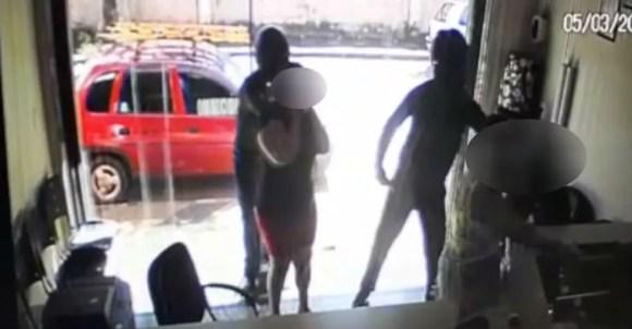 Dupla de capacete assaltou funerária em março deste ano em Aguaí — Foto: Reprodução