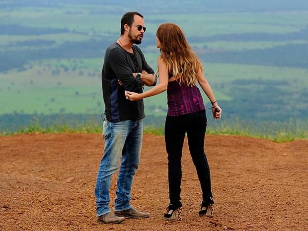 Celeste fica irritada com o marido após encontrar documento da ex-mulher dele (Foto: Estevam Avelar / TV Globo)