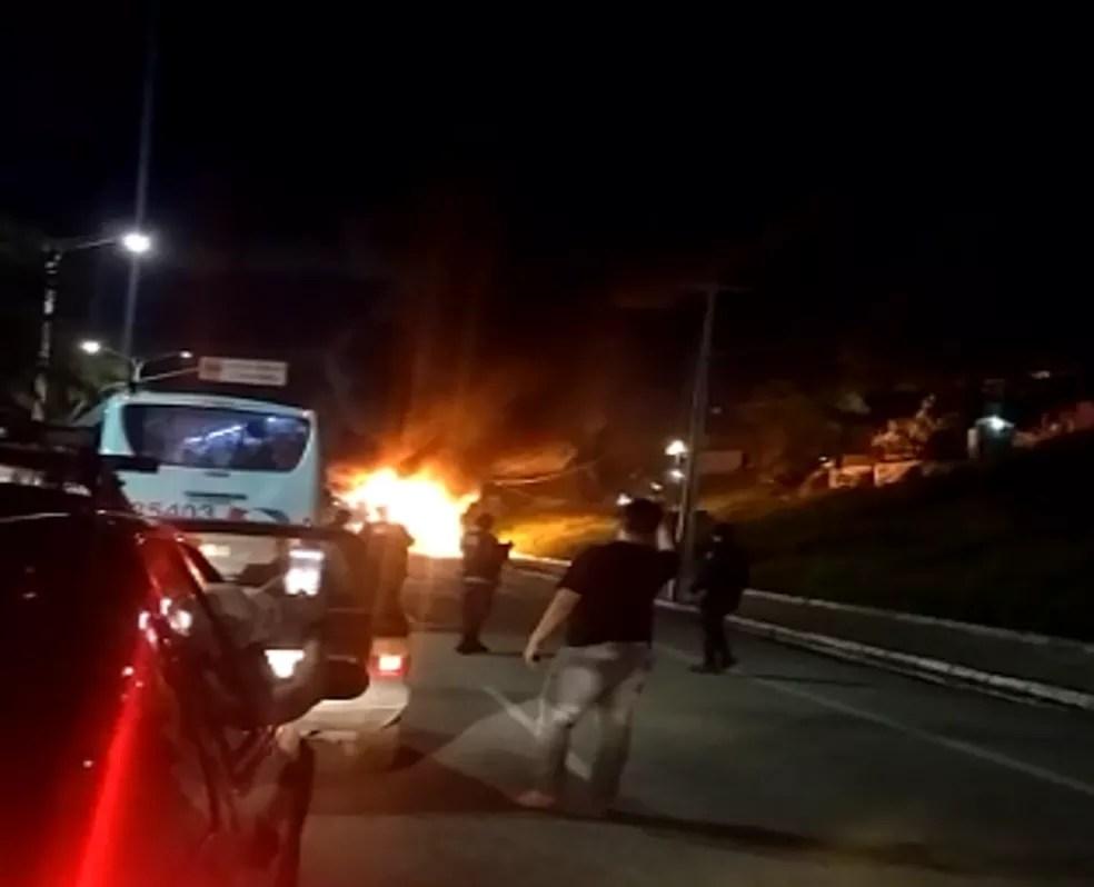 Ônibus é incendiado por criminosos em Fortaleza. (Foto: Reprodução/TV Verdes Mares)