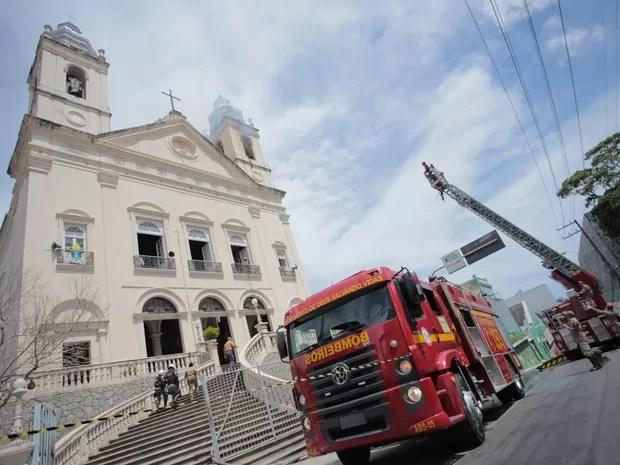 Incêndio atinge torre da Igreja da Catedral (Foto: Jonathan Lins/G1)