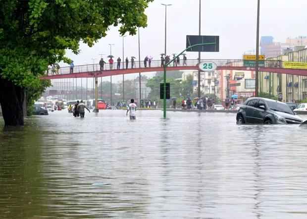Área alagada na Avenida Brasil, na altura de Irajá, na Zona Norte do Rio de Janeiro (Foto: Marcello Bacellar Ribéra/Agência O Dia/Estadão Conteúdo)