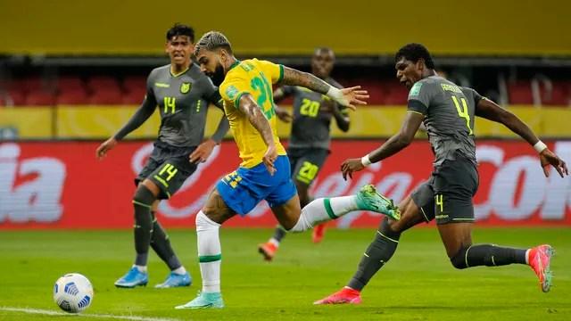 Gabigol chuta para marcar contra o Equador, mas o gol é anulado por impedimento