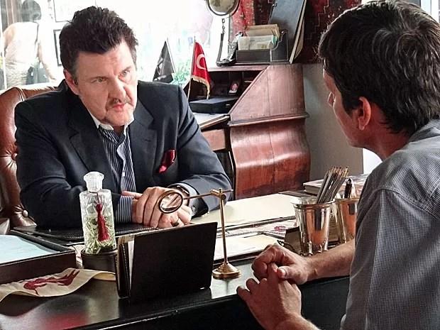 Mustafa fica sabendo que Morena realmente tem uma dívida com Russo (Foto: Salve Jorge/TV Globo)