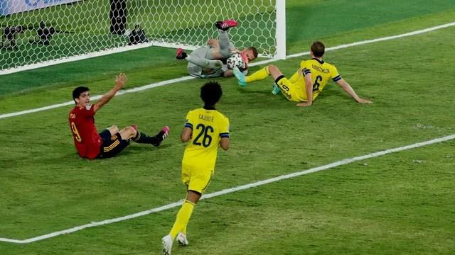 Olsen agarra a bola, e Moreno pede pênalti: goleiro da Suécia foi decisivo contra a Espanha
