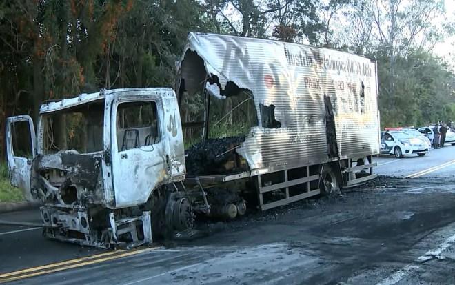 Caminhão queimado por quadrilha em Morungaba (Foto: Reprodução EPTV)