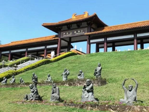 A excursão propôs um passeio ao templo budista Zu Lai, em Cotia (Foto: Divulgação)