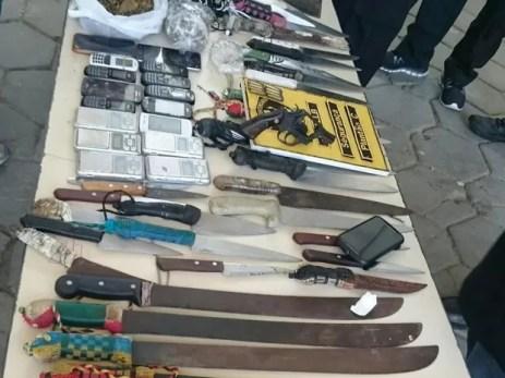 Armas e celulares aprendidos em presídios dePernambuco (Foto: Ascom/ Seres)