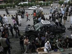 Carro danificado após explosão que teria acontecido em uma moto no Paquistão, neste sábado (20) (Foto: AP/Fareed Khan)