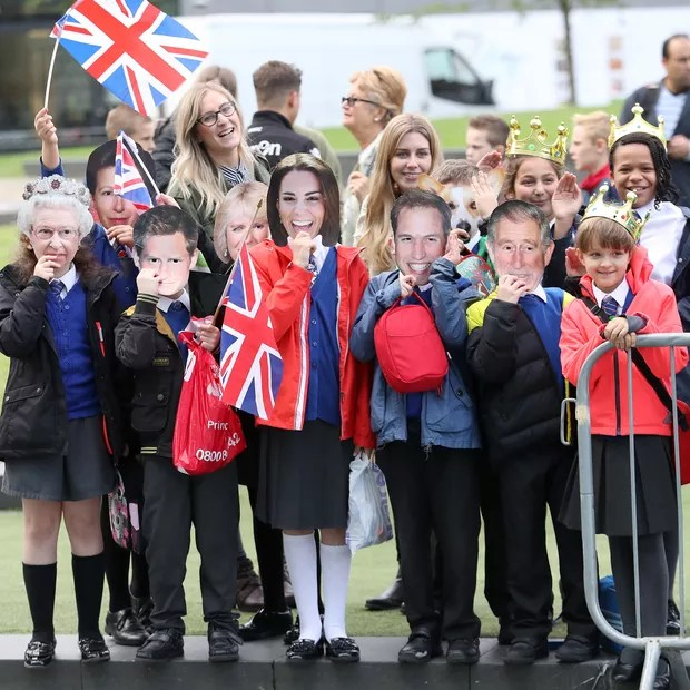 Crianças usam máscaras de Kate Middleton e Príncipe William (Foto: Getty Images)