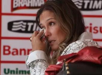 Fernanda chorou após a entrevista no Beira-Rio (Foto: Diego Guichard/GloboEsporte.com)