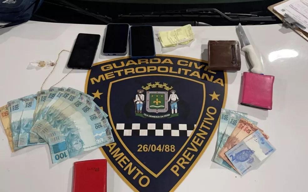 Objetos apreendidos com o suspeito — Foto: Reprodução/TV Anhanguera