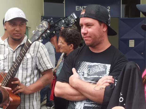 Sósia de Chorão foi um dos fãs que puderam chegar perto ao caixão do vocalista (Foto: Mariane Rossi/G1)
