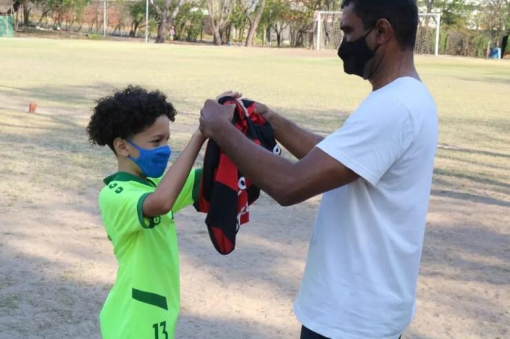 Murilo Vinícius, sósia de David Luiz, e seu pai, Marcão — Foto: Arthur Ribeiro