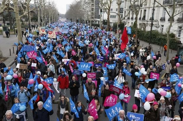 Manifestantes protestam contra casamento gay em Paris (Foto: Benoit Tessier/Reuters)