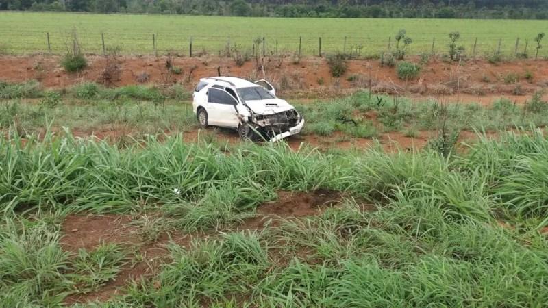 Condutor de caminhonete não viu o outro carro realizando o retorno e bateu na traseira do mesmo na BR-365 em Patrocínio (Foto: Polícia Rodoviária Federal/Divulgação )