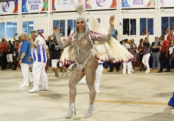Gracyanne Barbosa desfila com asas brancas