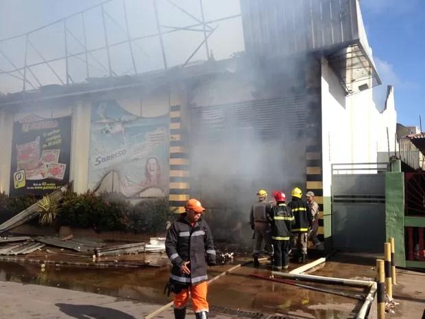 Chamas iniciaram por volta das 5h50 da manhã, segundo o corpo de bombeiros (Foto: Abinoan Santiago/G1)