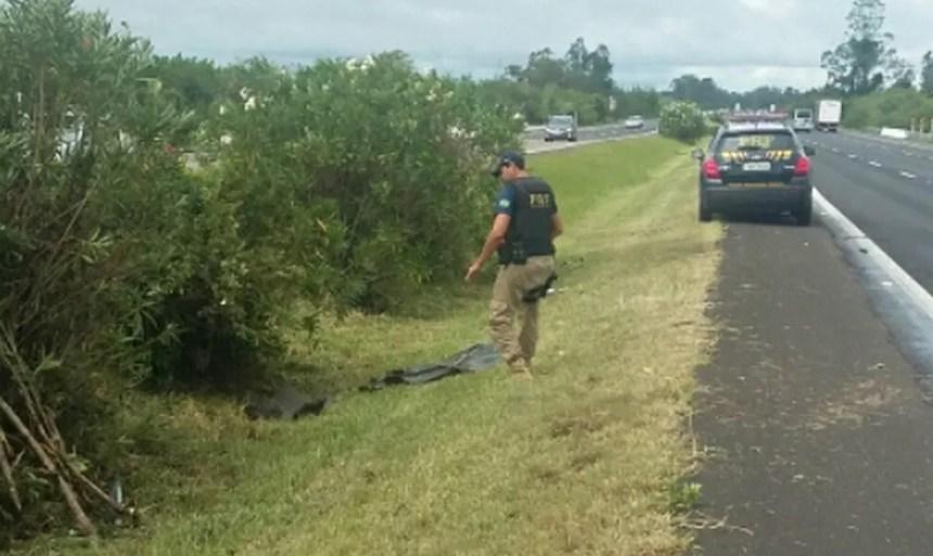 Veículo saiu da pista e tombou no canteiro central da BR-290, em Glorinha (Foto: Divulgação/PRF)
