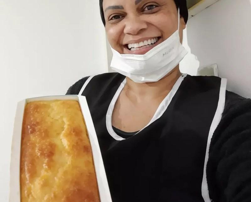 Jane Figueredo Barbosa passou a produzir pães para complementar a renda após ter o salário reduzido por causa da pandemia — Foto: Arquivo pessoal