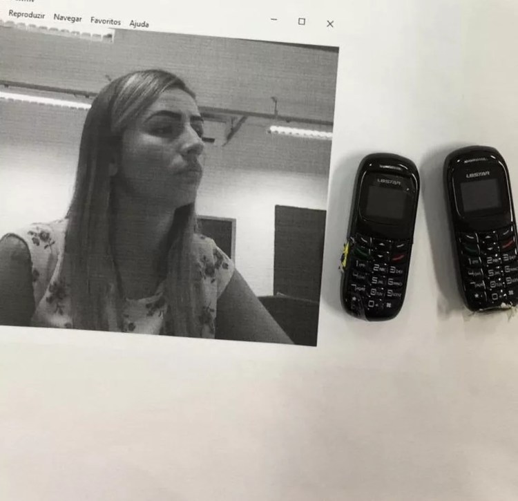 Fisioterapeuta conhecida como 'Bibi de VG' trocou de chinelo com marido preso em audiência e agentes acharam celulares no calçado em Cuiabá — Foto: Divulgação