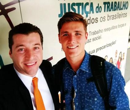 Iago Maidana deixa a audiência com Marcelo Robalinho, seu advogiado (Foto: Divulgação)