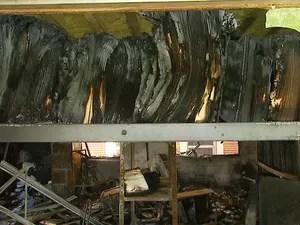Livros ficaram destruídos após o incêndio no prédio da biblioteca do Instituto de Estudos da Linguagem (IEL) da Unicamp (Foto: Reprodução/ EPTV)