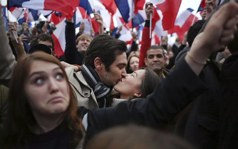 Casal se beija em comemoração à vitória de Macron (Foto: Thibault Camus/AP Photo)