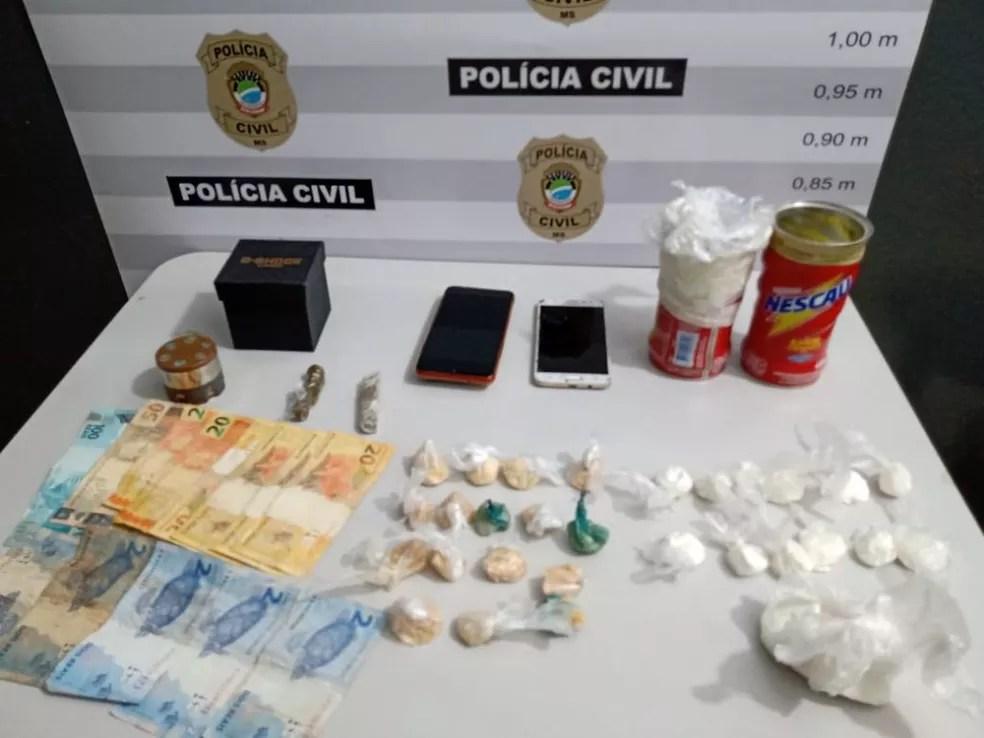 Polícia apreendeu cocaína, dinheiro e outros objetos — Foto: Polícia Civil/Divulgação