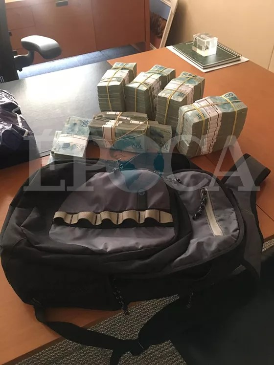 Fotos da mochila de dinheiro entregue ao emissário de Aécio no dia 19 de abril (Foto: reprodução)