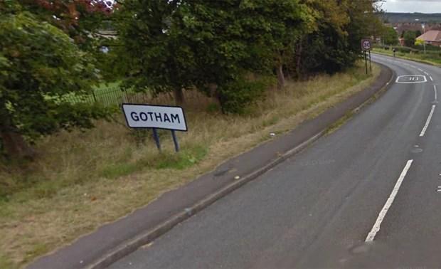 Polícia de Gotham procura responsável por roubar placa na entrada da cidade, devido a referência à cidade do super-herói Batman (Foto: Reprodução/Google Street View)