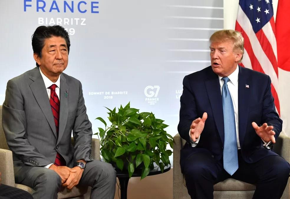 Foto de arquivo mostra encontro do primeiro-ministro do Japão, Shinzo Abe, com Donald Trump, durante o G7 — Foto: Nicholas Kamm/AFP
