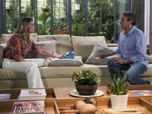 Thomaz se desculpa com Heloísa e diz que não sabe onde está Lili  (Foto: Felipe Monteiro/TV Globo)