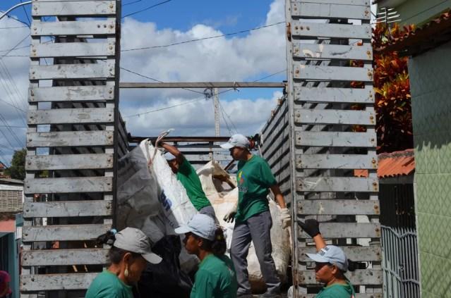 Catadoras recolhem material reciclável em casas e empresas de Campina Grande — Foto: Érica Ribeiro/G1