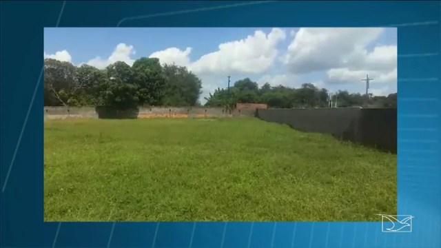 Mato cresce na parte de trás do Hospital Municipal de Codó. (Foto: Reprodução/TV Mirante)