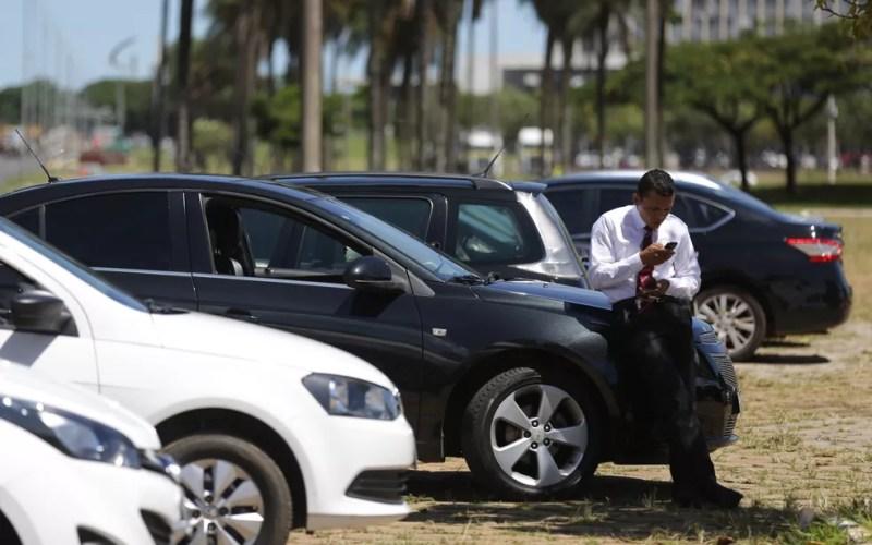 Motorista de transporte por aplicativo participa de um protesto em Brasília. — Foto: Eraldo Peres/AP