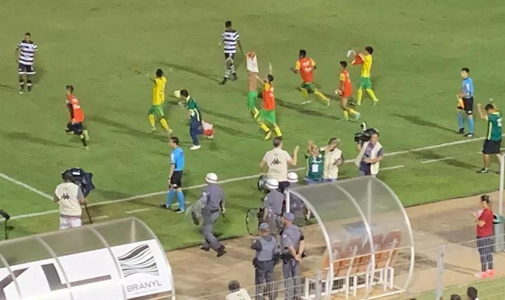 Jogadores e comissão técnica do Galvez comemoram classificação após o apito final — Foto: João Marcos Carneiro