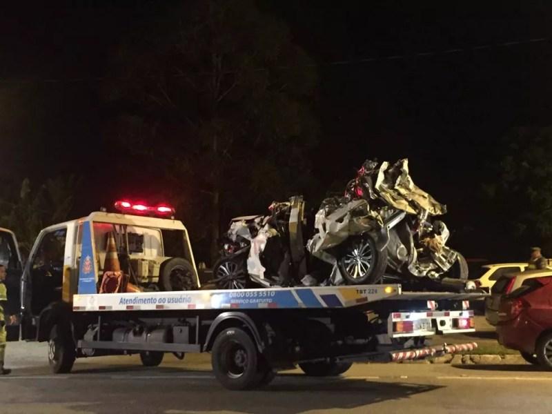 Um dos carros envolvidos no acidente na Floriano Rodrigues Pinheiro é levado para base da PRE — Foto: Laurene Santos/TV Vanguarda
