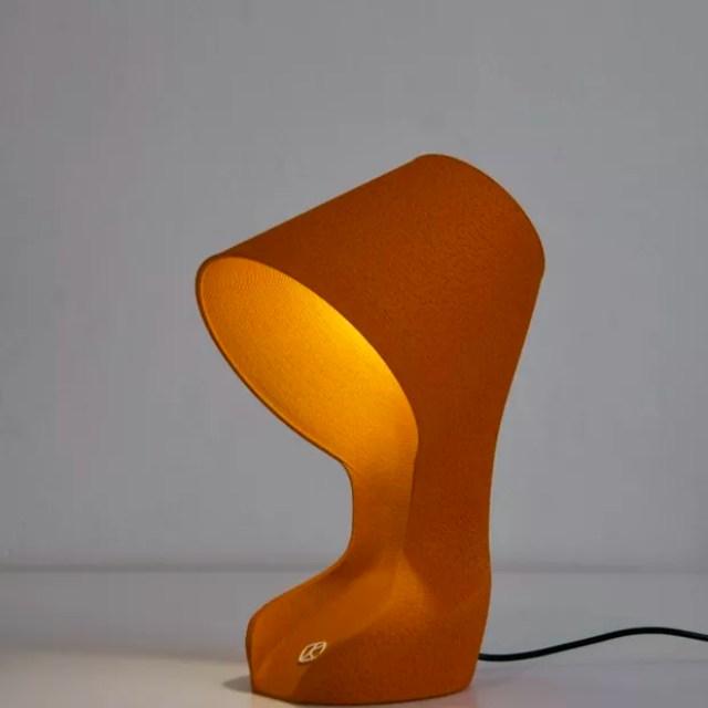 Esta lâmpada impressa em 3D é feita de cascas de laranja (Foto: Divulgação)